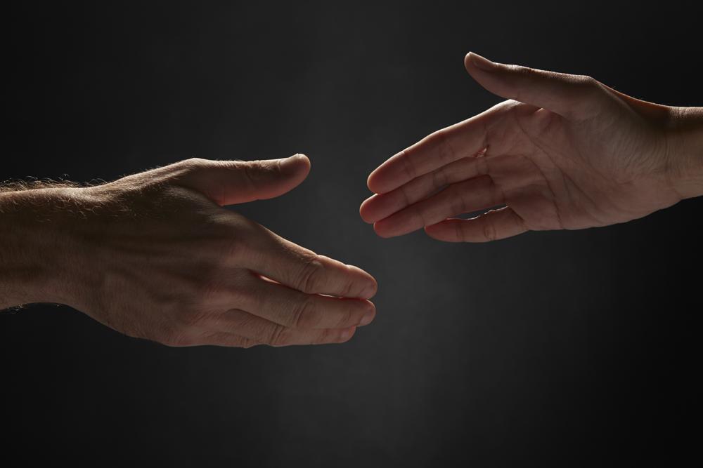 שני ידיים של אנשים